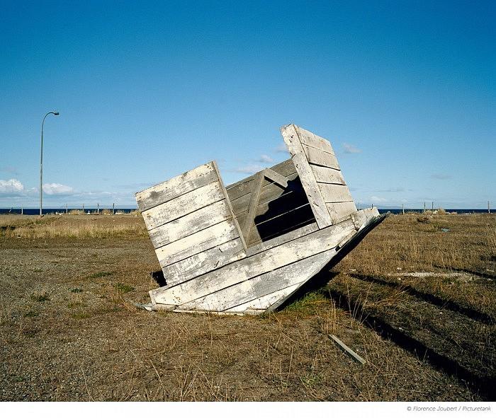 Une petite cabane de bois retournee par le vent, au bord du Detroit de Magellan.
